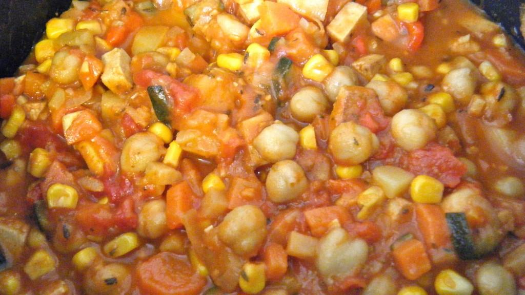 indischer Gemüsetopf mit Kichererbsen und Tofu
