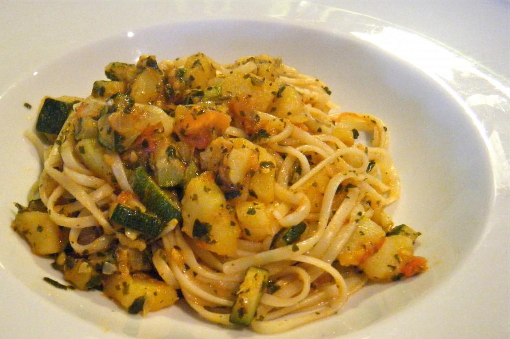 Linguine mit Zucchini, Kartoffeln, Tomaten und Basilikum