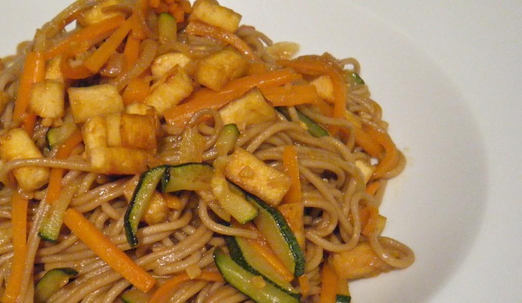 Soba-Nudeln mit Tofu und Gemüse