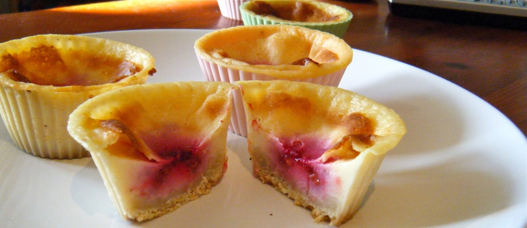 """kleine Muffin-""""Käse""""-Kuchen-Törtchen mit Himbeer-Kern"""
