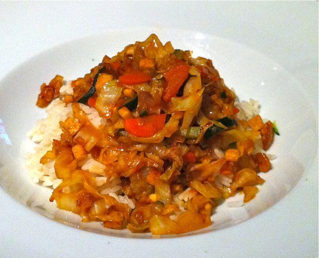 Asiatisches Spitzkohl-Gemüse mit Tofu und Reis