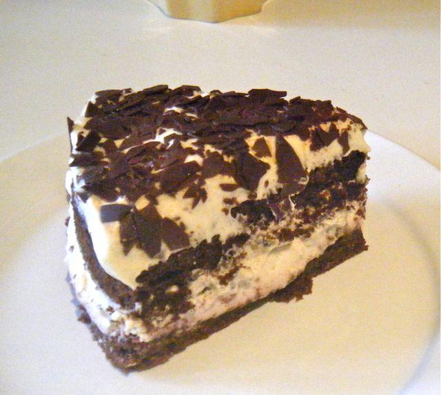 """Schoko-Mandel-Biskuit-Torte mit Vanille-""""Sahne"""" und Kirschpüree"""