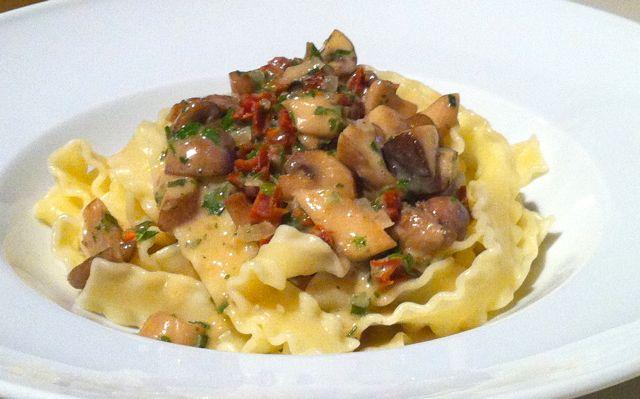 Pasta mit aromatischer Pilzsauce und getrockneten Tomaten