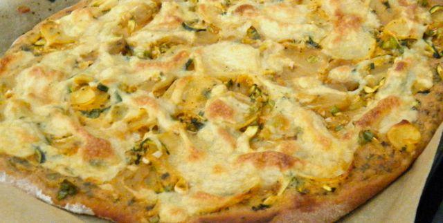 "Kartoffel-Gemüse-Pizza mit veganem Kräuter-""Schmand"""