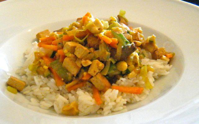 Asia-Gemüse mit Tofu und Cashews