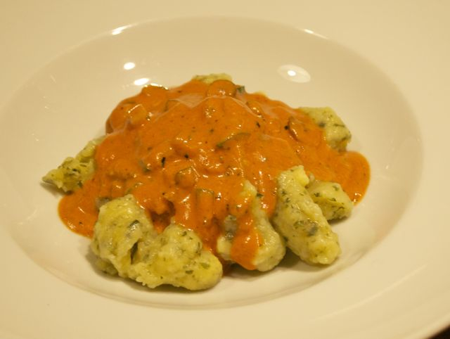 """Bärlauch-Gnocchi mit pikanter Tomaten-""""Sahne""""-Sauce"""