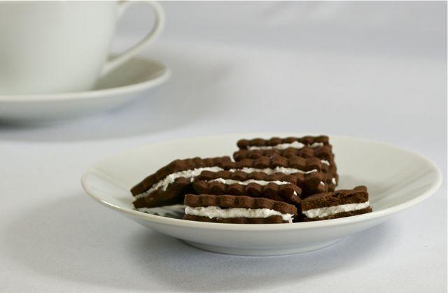 Dunkle Schoko-Doppel-Kekse mit Vanille-Füllung