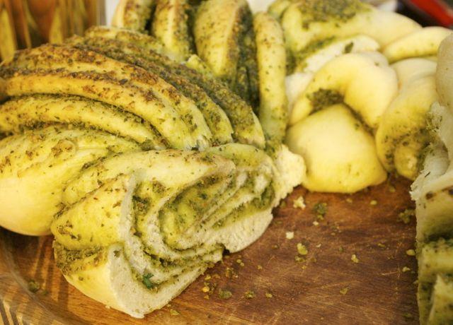 Gartenkräuter-Pesto-Kranz angeschnitten
