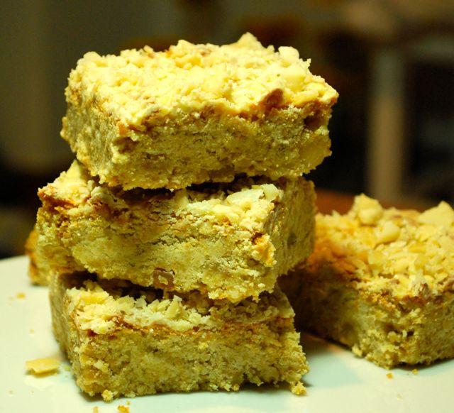 Macadamia-Blondies mit weißer Schokolade